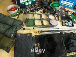 Énorme Plaquage Grossier De Pêche À La Carpe Mis En Place Job Lot Tiges Bobines Seatbox Filets Bagages